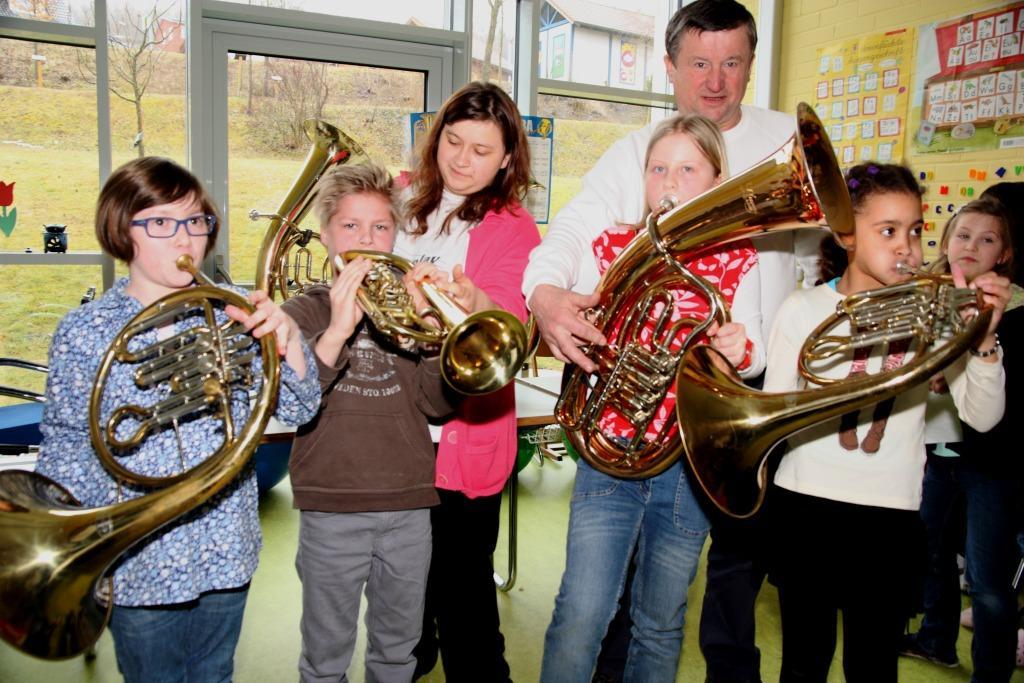 Hans Will übt mit den Schülern