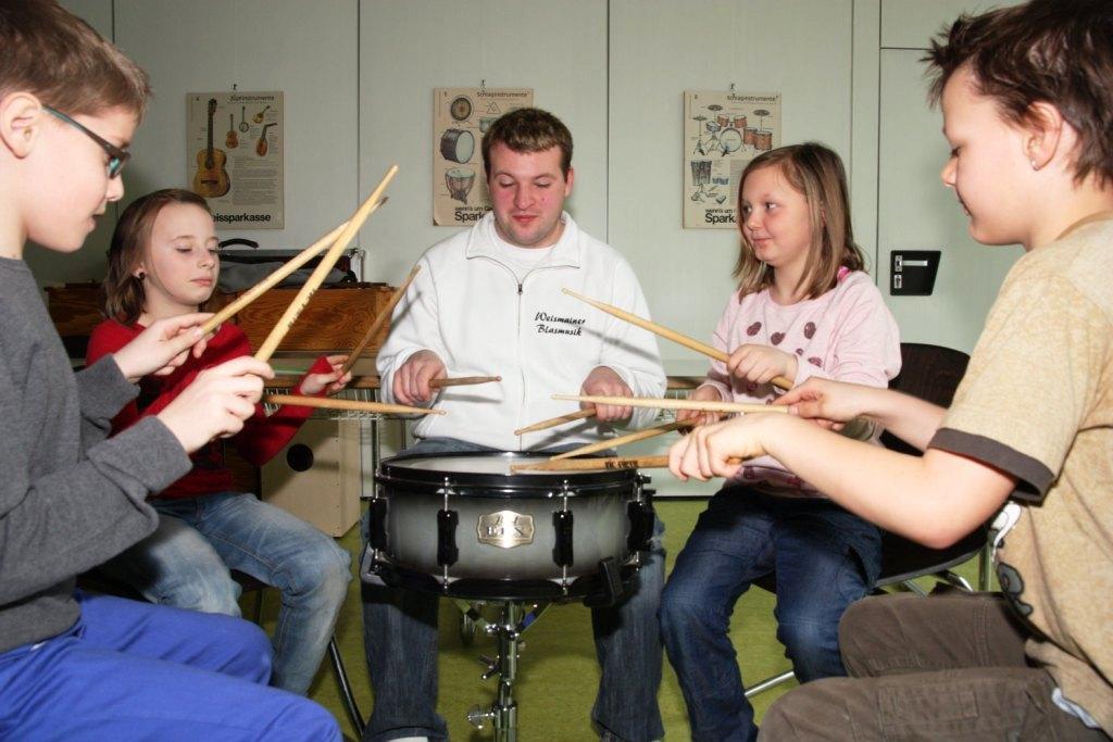 """Dirigent Reiner-Spindler gibt eine """"Schlagzeug-Einführung"""""""