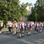 Danach marschierte die Blasmusik zur Püls-Bräu, um den Festwirt abzuholen.