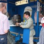 Beim Bieranstich: Bürgermeister Udo Dauer