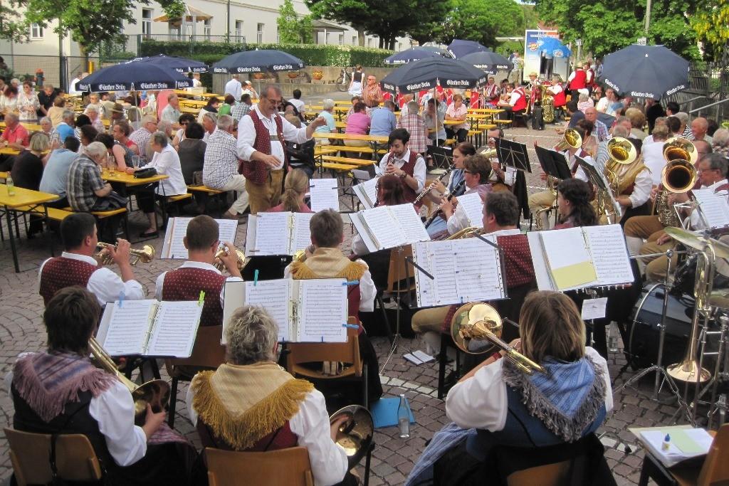 Die Weismainer Blasmusik unter Leitung von Gerhard Mager auf dem Regens-Wagner-Platz