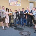 Der Bürgermeister und die Stadträte probieren das Festbier